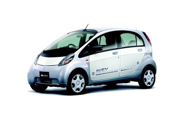 画像: 市販EVとしてはリーフより先行したi-MiEV。2009年に法人向けに投入。翌2010年に個人向けに発売された。