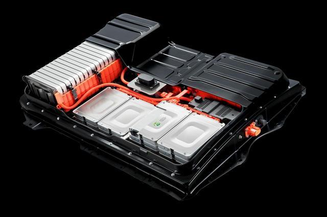 画像: リーフに採用されたリチウムイオン電池。EVは長い歴史があるが普通乗用車での実用化として大きな意味を持った。