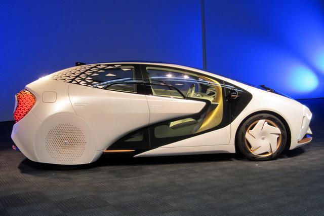画像: キャビンフォワードの未来的シルエットに、リアタイヤをスッポリと覆ったデザインもユニーク。