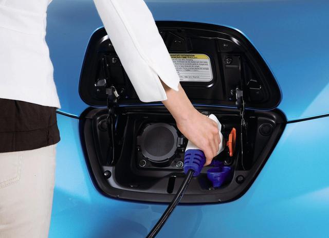 画像: リチウムイオン電池でも充放電を繰り返せば劣化はするが、鉛電池に比べて充電の手軽さも大幅にアップしている。