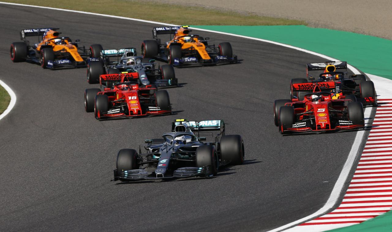 画像: 決勝スタート1〜2コーナーの攻防。マックス・フェルスタッペンはシャルル・ルクレール(フェラーリ)と接触、アレクサンダー・アルボンはマクラーレンの2台の後ろに後退してしまう。