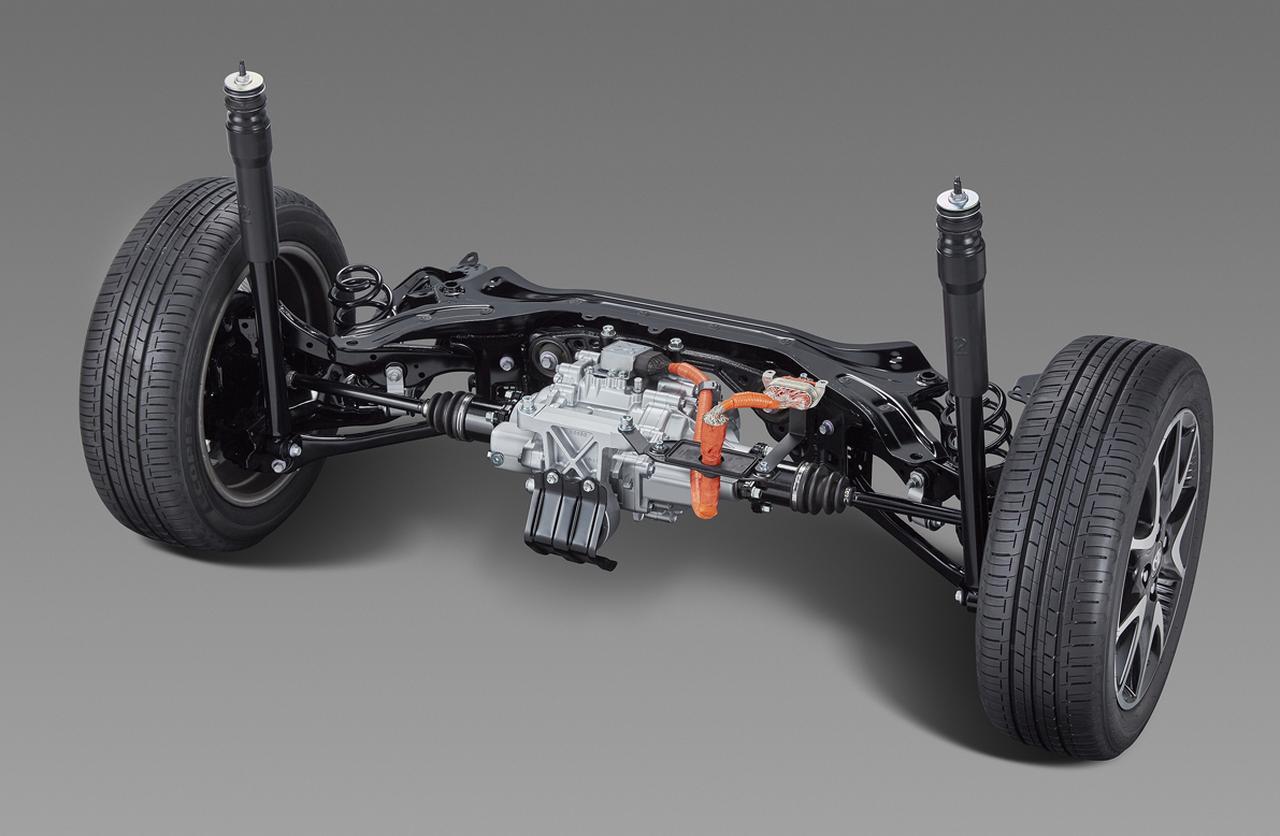 画像: 4WD車のリアサスを2リンク式ダブルウイッシュボーンに。トヨタのコンパクトカーとして初の電動式4WD車設定が可能になった(HYBRID全車)。