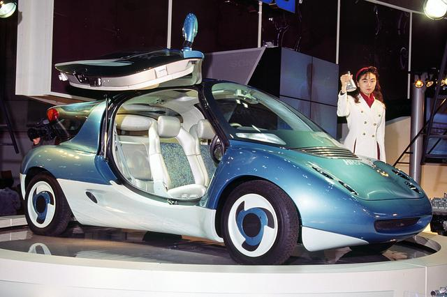 画像: マツダ HR-Xはガルウイング式のドアも採用していた。