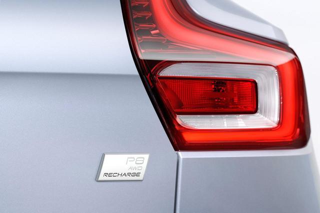 画像: ボルボの新型電気自動車(EV)の「XC40リチャージ」。エンブレムには「P8」の文字が刻まれる。