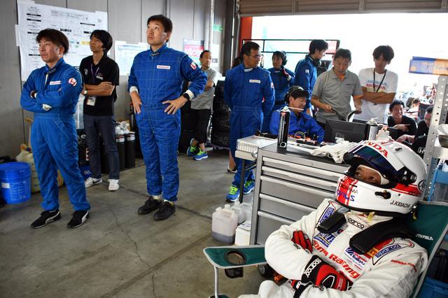 画像: ピットクルーも研究所の社員、とにかくマシンの無事を祈る、色んな意味で