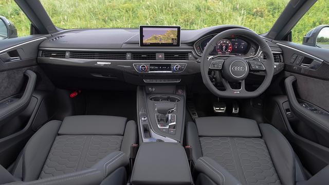 画像: 試乗車はオプション設定のデコラティブカーボンパネルを装着し、スポーティ感を強調している。