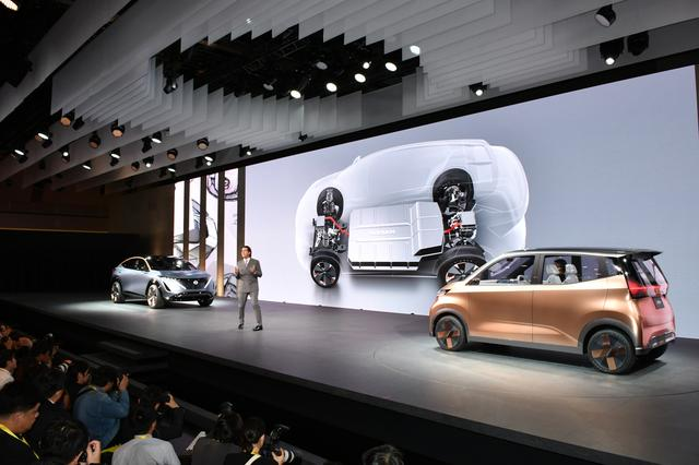 """画像: ステージ上に展示される2台のEV。ピュアコンセプトカーではなく、2年以内に""""市販一歩手前""""のコンセプトカーだ。"""