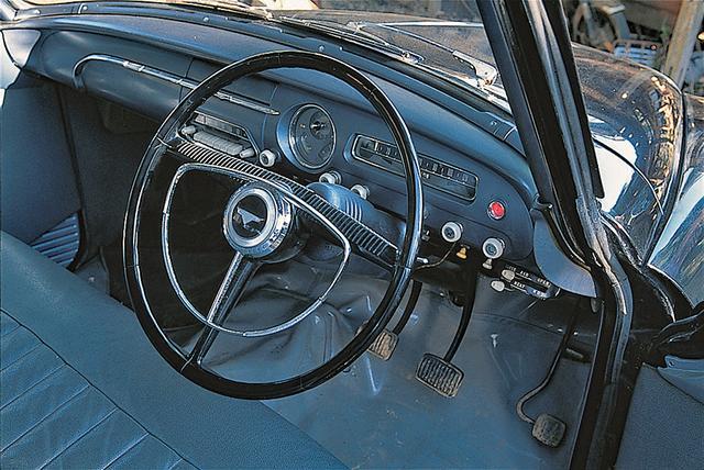 画像: メーターパネルには指針が左から右に移動する横長のスピードメーターと燃料/水温計を配した円形のコンビメーターをレイアウト。