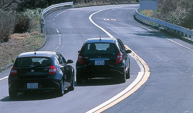 画像: メルセデスベンツA170エレガンスとBMW116i。性格や狙いはまったく異なるはずなのに、この2台には意外な共通点がある。パワースペック、車両価格に、Cセグメントのなかでの位置、ライバル意識が見てとれる。