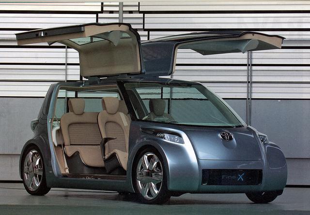 画像: 大きなガルウイングドアを採用したトヨタ Fine-X。