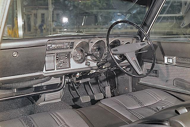 画像: インパネは米国の安全基準をクリア。3個の丸形メーターは無反射式コーンガラスに収納される。