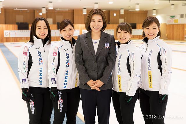 画像: ︎ダンロップブランドは、本橋さん率いるロコ・ソラーレをサポートしている。写真は本橋さんを中心に、右から吉田知那美選手、吉田夕梨花選手、鈴木夕湖選手、藤澤五月選手。