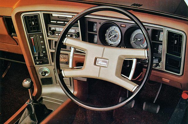 画像: ハードトップ系のインパネは、ドライバーの正面にスピード&タコメーターを配置し、センターダッシュをドライバー側に向けたデザインが特徴的。
