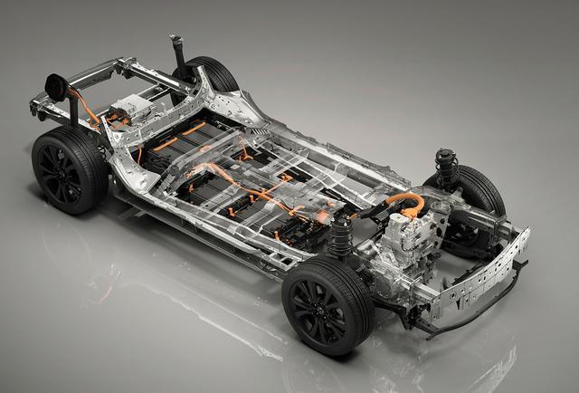 画像: フォーラム会場に展示されたBEV車用シャシ(右がフロント側)。駆動用バッテリーは後輪前方の下側に搭載。