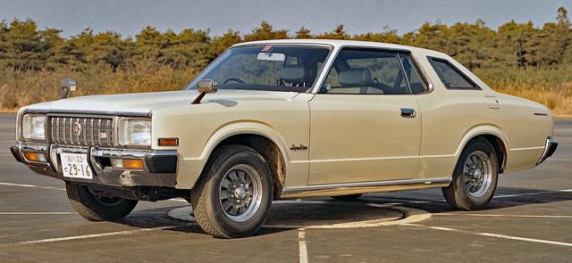 画像: 2ドアハードトップには、斜め後方の視界を確保するためのオペラウインドーが国産車では初めて採用された。