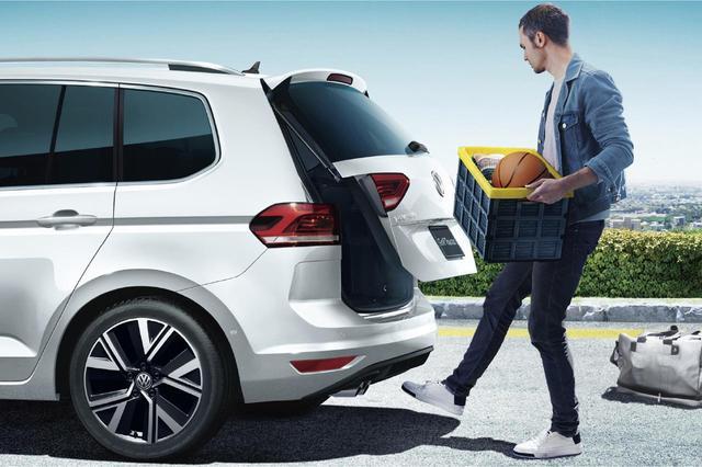 画像: ゴルフトゥーラン TDIプレミアムは、パワーテールゲートや駐車支援システム「パークアシスト」を含むテクノロジーパッケージを装備する。