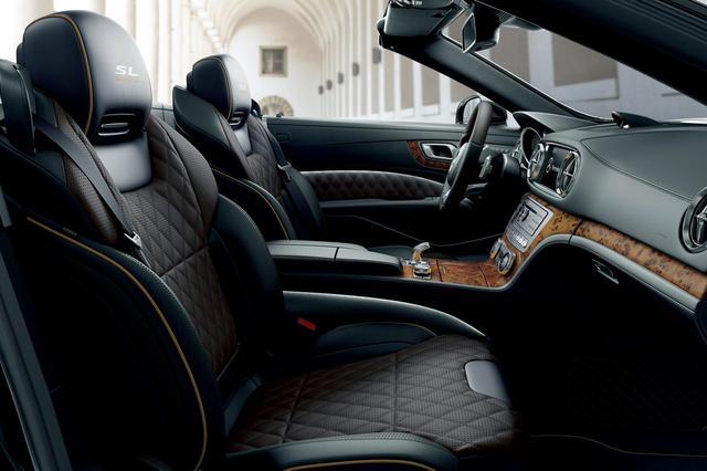 画像: メルセデス・ベンツ SL400グランドエディションは、ダイヤモンドステッチをあしらったタンドラブラウンパールとブラックを組み合わせたナッパレザーシートを装着する。