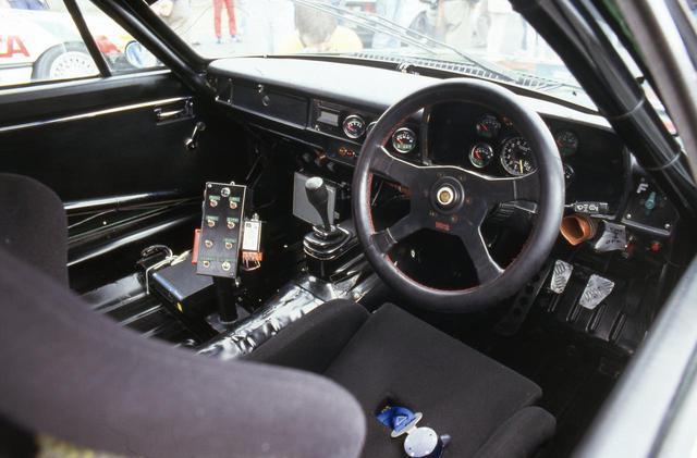 画像: 英国車なので右ハンドル。4本スポークのステアリングにはTWRの刻印。ホーンボタンにはジャガーのエンブレムが入る。