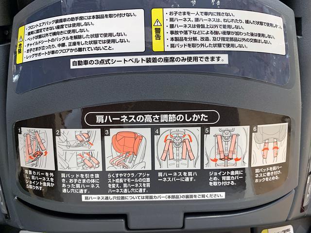 画像: チャイルドシートの背面には、調節方法などが記載されているものが多い。よく読んでおこう。