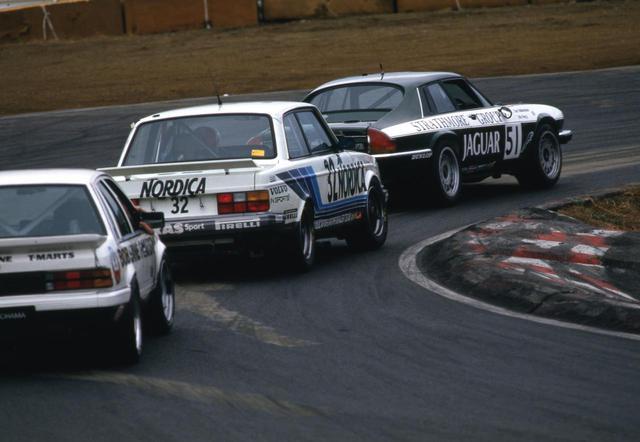 画像: ボルボ240ターボ、ホールデン コモドールを従えて先頭を走るジャガーXJS。初期のインターTECの主役は欧州車勢だった。