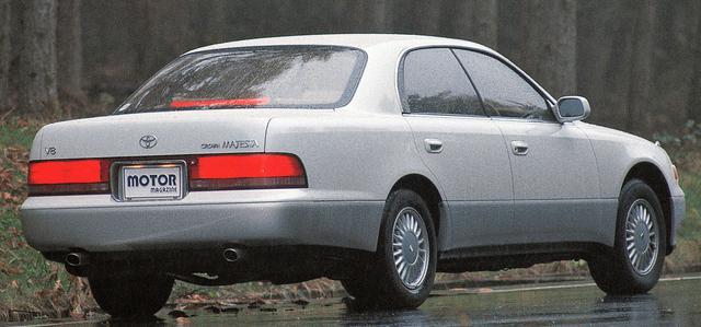 画像: マジェスタはクラウン伝統のフレームを捨て、モノコックボディを採用。サスペンションもクラウン初の4輪ダブルウイッシュボーン式エアサスを採用した。