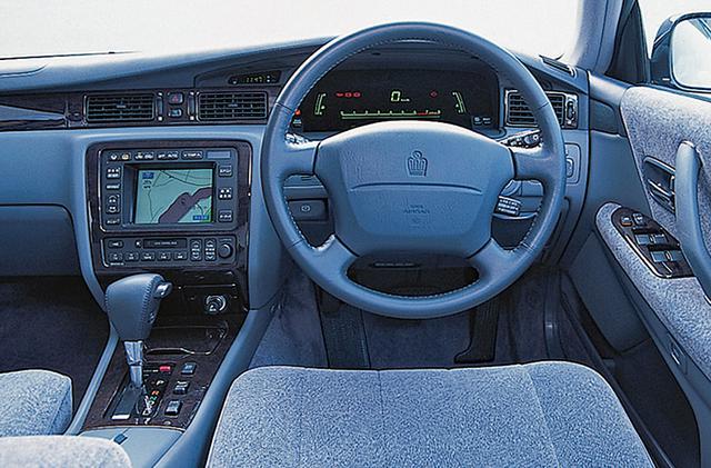 画像: インパネはロイヤルと共通のデザインだが、マジェスタにはスペースビジョンメーターとホログラムヘッドアップディスプレイが標準装備された。