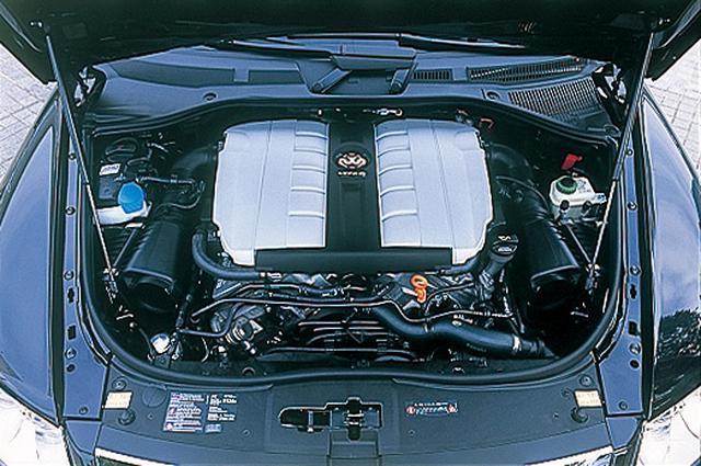 画像: トゥアレグW12スポーツに搭載されるW型12気筒エンジン。V8並にコンパクトで軽量なことが特徴。