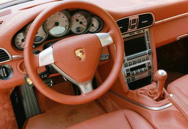 画像: 911カレラ4のインパネ。インテリアデザインについてはRRモデルと共通。