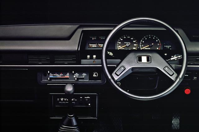画像: ステアリングのデザインはレビンらしくないが、7000rpmからレッドゾーンの回転計で素性を示した。
