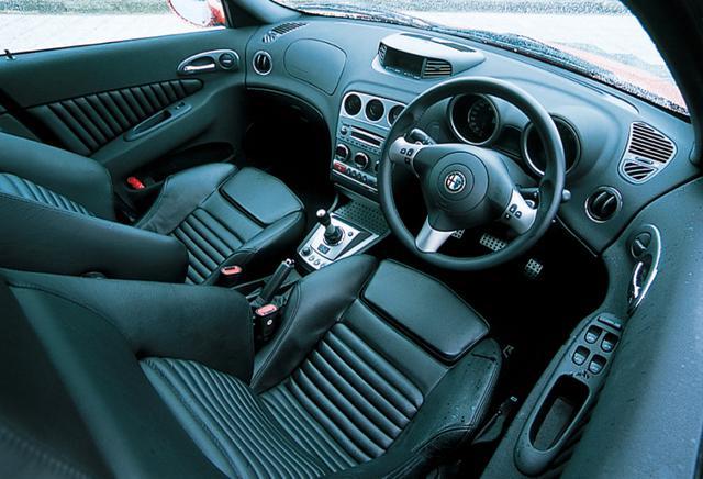 画像: 156スポーツワゴン GTAのインテリア。アルミのペダルを備えるが、室内の基本的な仕立ては159共通で、スポーティな雰囲気に包まれている。