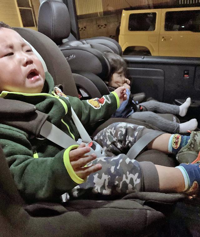 画像: 子どもに泣かれてしまうと、ついチャイルドシートに座らせることを諦めようと思いがちだが・・・。