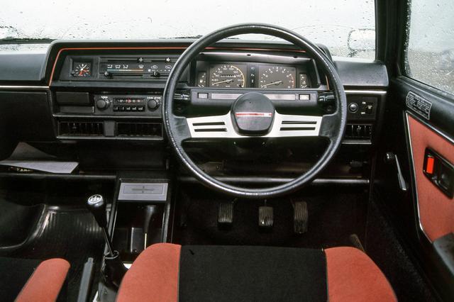 画像: 運転席は「走りを予感させるターボコクピット」と謳われていた。タコメーターのレッドゾーンは6000rpmから。