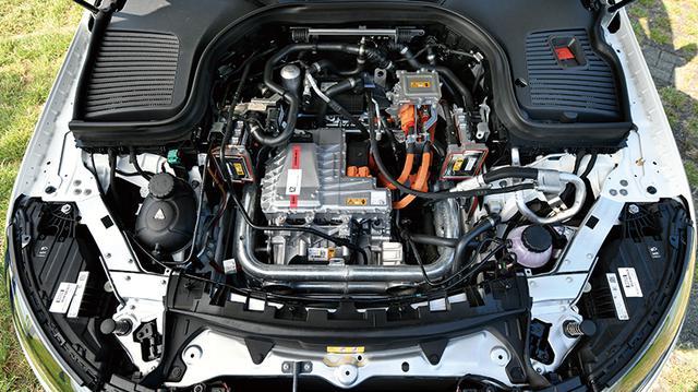 画像: 本来ならエンジンが搭載されているフロントボンエット下には、電気の力を制御するメカニズムがズラリ。