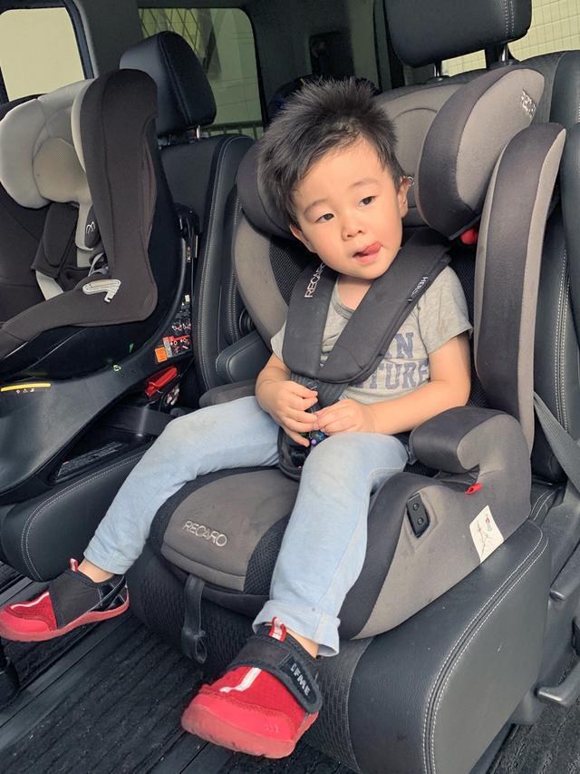 画像: チャイルドシートに座っていると自由はきかないけれど、目的地に着いてからの楽しみとかを話して、子どもを機嫌よく乗せるようにしたいもの。