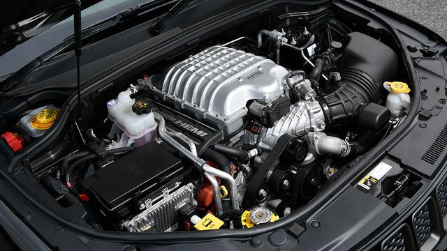 画像: エンジンルーム中央で燦然と輝くのがパワーの象徴であるスーパーチャージャー部。シンプルなOHV式V8エンジンの赤いヘッドカバーが、チラリと見える。