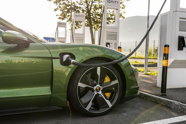 画像: ダイムラー、BMW、フォードと共同で立ち上げたIONITYは欧州で20年末までに400カ所の高出力充電ステーションを設置する。ダイムラー、BMW、フォードと共同で立ち上げたIONITYは欧州で20年末までに400カ所の高出力充電ステーションを設置する。