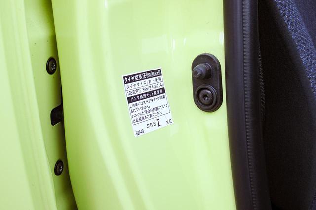 画像: 運転席のドアを開けたところに貼られているラベル。純正装着タイヤのサイズや、純正タイヤサイズでの指定空気圧などが記されている。