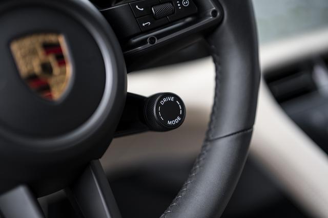 画像: ドライビングモードの選択スイッチは他のポルシェ同様、ハンドルに用意される。