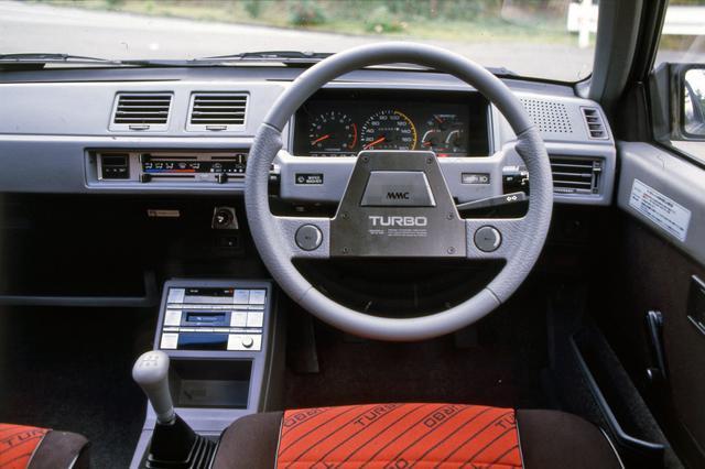 画像: ステアリングはGSR系専用のユニークなデザイン。アナログの回転計は6000rpmからレッドゾーン表示。