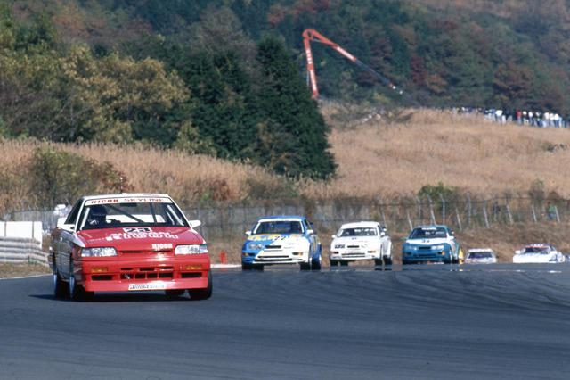 画像: 1988年のインターテックでは、リコーニッサンスカイラインGTS-Rがポールポジション。フォードシエラに一矢報いるが、決勝ではリタイア。