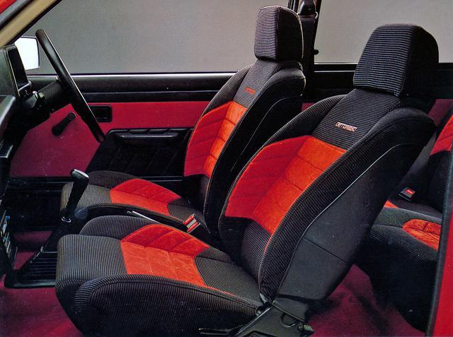 画像: フルファブリックのシートも専用のバケットタイプ。シートバックには「DE TOMASO」のロゴが入る。