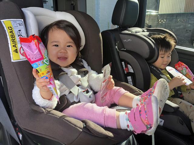 画像: 車内で飽きたときの気分転換に、子どもに食べ物を与えることも少なくないはず。