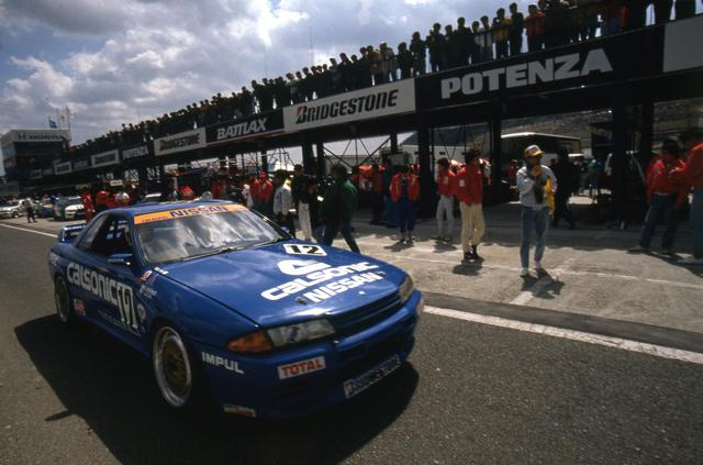 画像: 待ちに待ったサーキットでの王者としてのスカイラインはデビューから注目の的。以降、1993年まで29連勝の無敵ぶりを誇った。