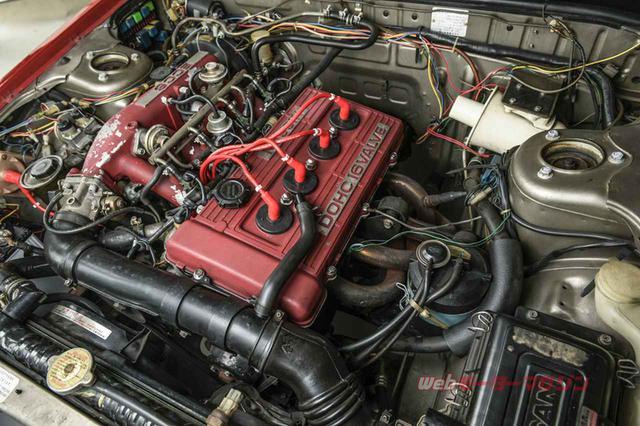 画像: 自然吸気のFJ20型DOHC4気筒16バルブエンジン。イグニッションコイルとハイテンションコードは米・アクセル製。エキゾーストマニフォールドがノーマルから変えられているのが分かる。