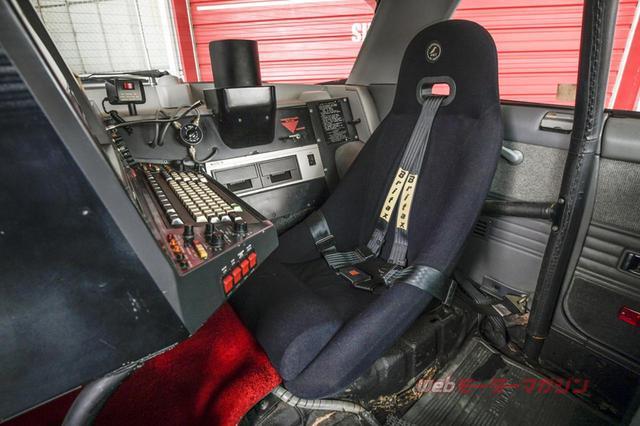 画像: 後席は外して、英・コルビュー製のバケットシートを進行方向に対して右向きに配置。走行しながら、敵の情報を的確に収集&分析し、他車に知らせることができる。