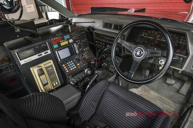 画像: コクピットはマシンRSを引き継ぐ形で、助手席を外しコンピューターや特殊無線機を配置する。サーチライトやビデオカメラの搭載など、全体のイメージはマシンXの後継車的な印象だ。「マシンRS」としての当初の位置付けは「走る司令室」だったが、RS-3となってからは後方支援的な役割を担った。