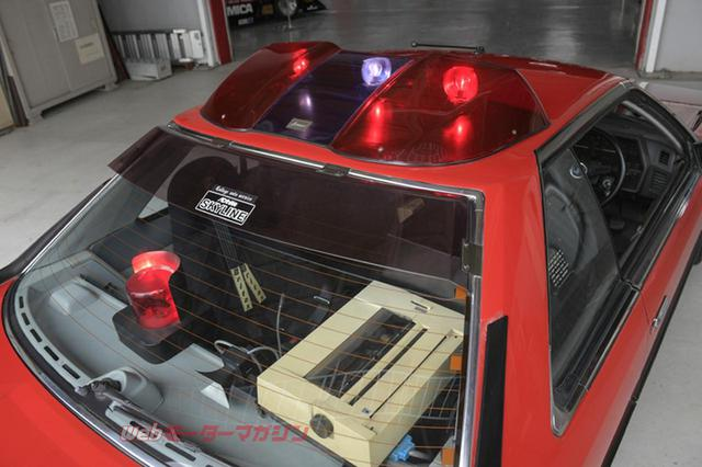 画像: RS-1と同じパトライトとリアウインドウのエアロバイザーを装備。リアパーセルトレーには赤色回転灯も1基配置する。