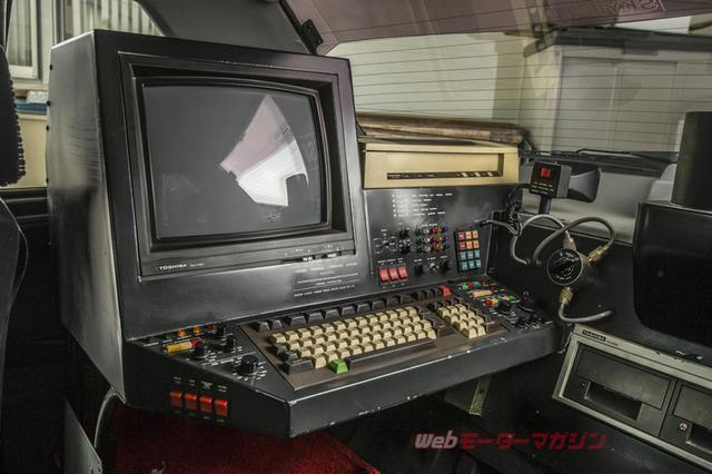 画像: 後席用のコンピューターやモニター、プリンター、フロッピーディスクドライブはいずれも東芝製。当時の最新式のパソコンだ(当時は「マイコン」と呼ばれた)。右手の円形ダイヤル状のものはWELZの同軸切替機・CH-20A。