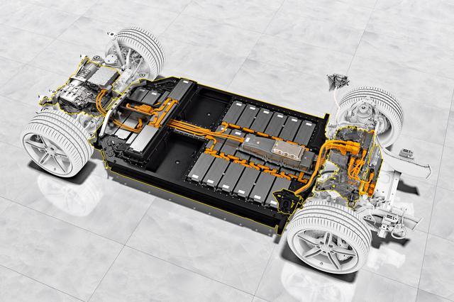 画像: 床下にバッテリーを、前後に2基のモーターを搭載する。