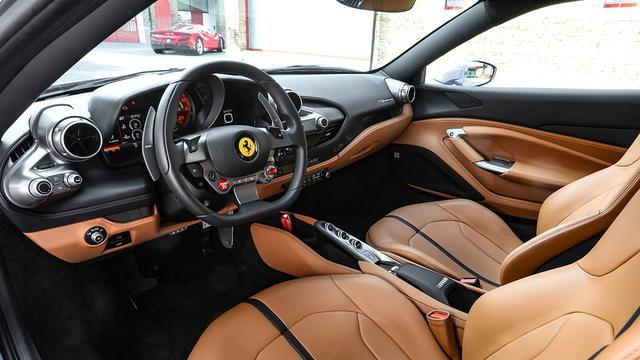 画像: ハンドル中央左下に赤いエンジンスタートストップスイッチが配されている。